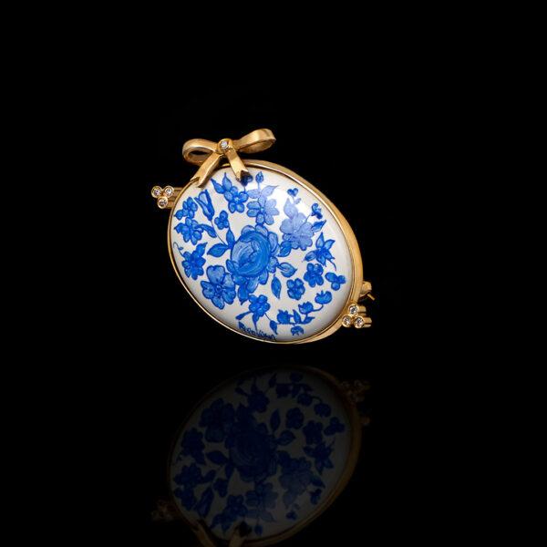 Χειροποίητη καρφίτσα σε χρυσό 18Κ με διαμάντια και πορσελάνη ζωγραφισμένη στο χέρι