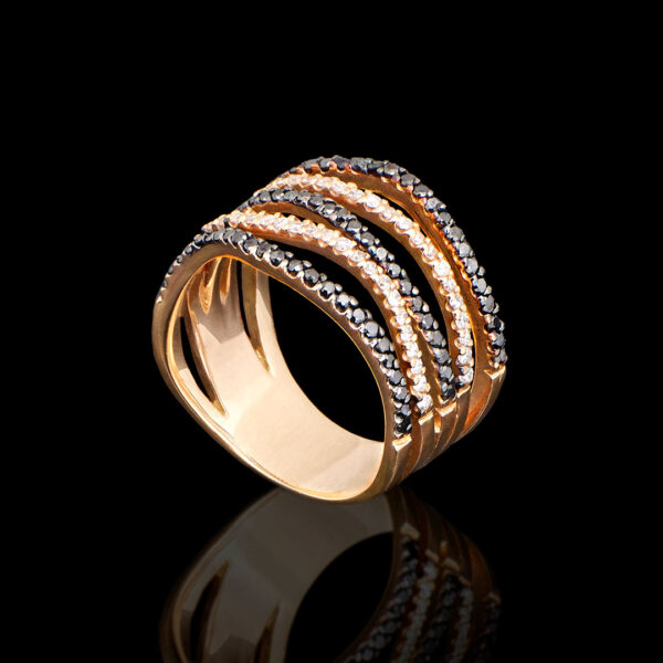 Δαχτυλίδι σε ροζ χρυσό 18Κ με πέντε σειρές. Λευκά διαμάντια (0.32 ct), μαύρα διαμάντια (0.48 ct)